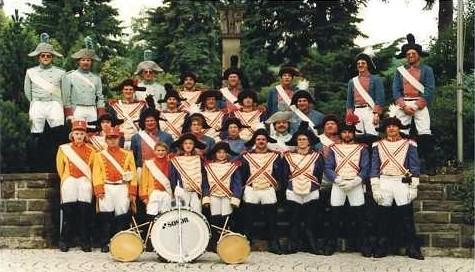Gruppenbild beim Ehrenmal