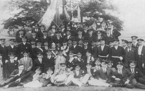 Königspaar Johann und Berta Kleinere 5 mit dem Spielmannszug 1926/27 (Quelle W. Peis)