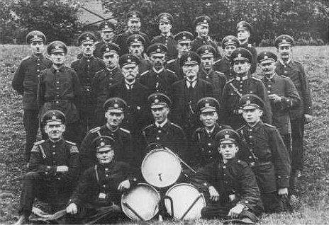 Der Spielmannszug vor den Mitgliedern der Feuerwehr um 1920