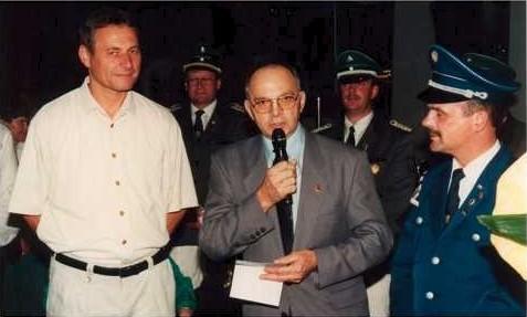 Verleihung der Landesehrenmedaille an Reinhard Kappen durch Manfred Krämer vom Volksmusikerbund